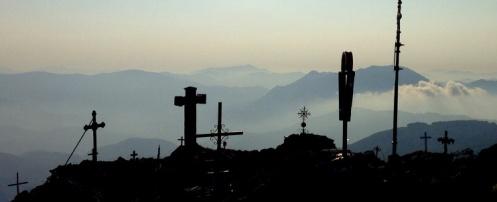 Cruces en la cima del Hernio